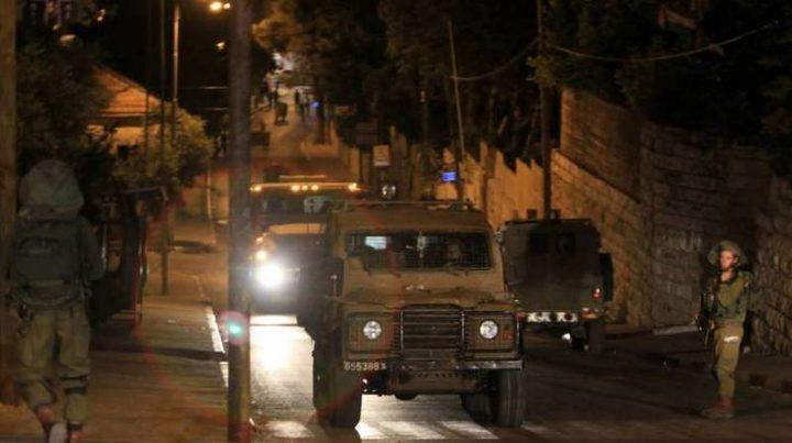 الاحتلال يعتقل 28 مواطناً من بينهم 15 من مخيم الأمعري