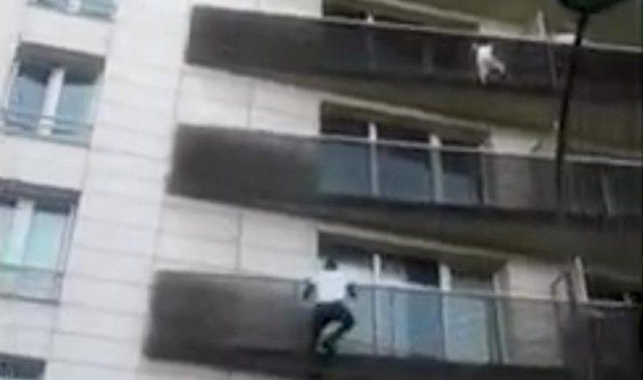 """ماذا كان يفعل والد الطفل الذي أنقذه """"الرجل العنكبوت""""؟"""