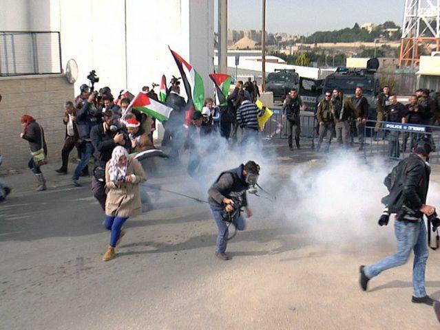 الاحتلال يقمع مسيرة نعلين الأسبوعية السلمية