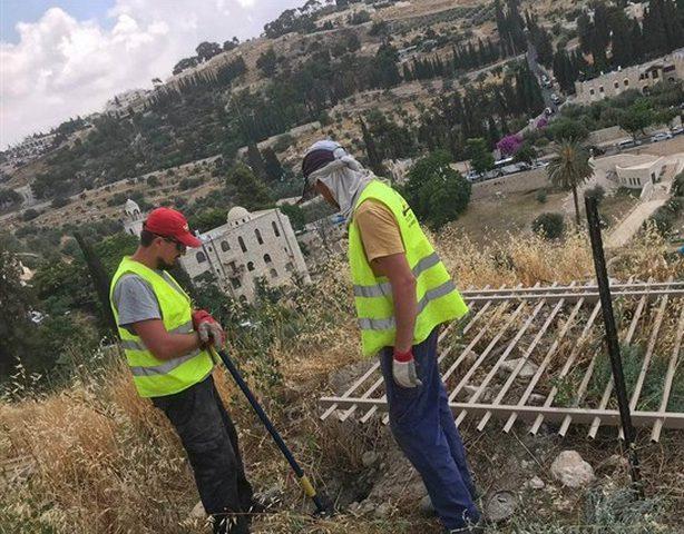 الاحتلال يواصل وضع الأسوار الحديدية بمحيط مقبرة الرحمة