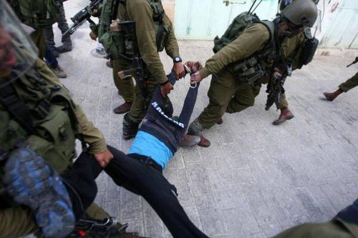 قوات الاحتلال تعتدي بالضرب على أسرى أثناء اعتقالهم