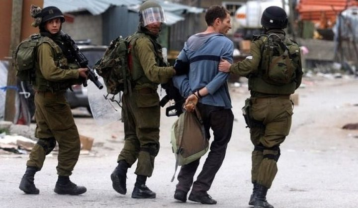 قوات الاحتلال تعتقل 24 مواطنا نصفهم من داخل الأقصى