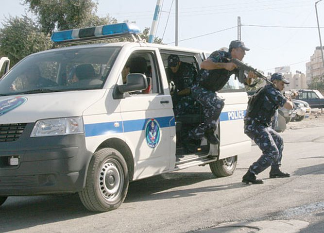 الشرطة تعتقل 24 شاباً بعد مجاهرتهم بالافطار في أحد مقاهي رام الله