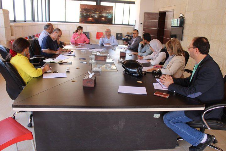 العلاقات العامة لمؤسسات محافظة نابلس تعقد اجتماعها الدوري في مقر المحافظة