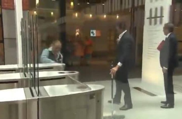 رئيس الوزراء الهولندي ينظف القهوة التي سكبها ..وعمال النظافة يصفقون له!