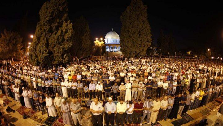 الآلاف يؤدون صلاة التراويح في رحاب الأقصى