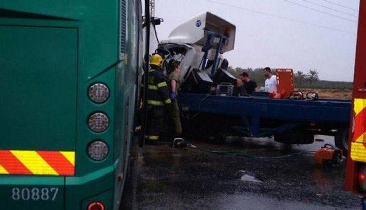 10 إصابات خطيرة بحادث بين شاحنة وحافلة قرب البحر الميت