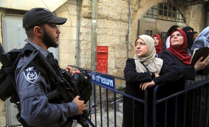 الاحتلال يحاصر المصلين في المسجد الاقصى(فيديو)