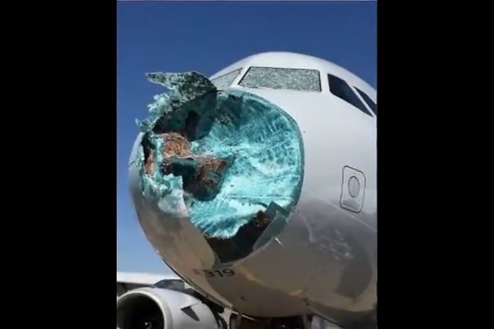 إعصار يحطم مقدمة طائرة أثناء التحليق!
