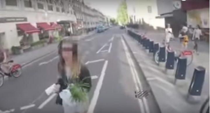 """دراج """"ينتقم"""" من المشاة في لندن  (فيديو)"""