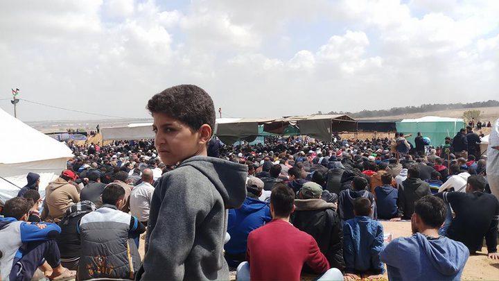 """المئات يؤدون صلاة الجمعة في مخيمات """"العودة"""" شرقي غزة"""