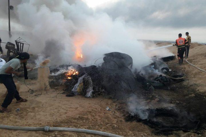 طائرات الاحتلال تحرق خياماً وإطارات كوتشوك على حدود غزة
