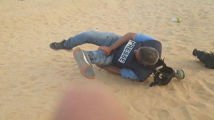 الاحتلال يستهدف الطواقم الطبية والصحفيين على حدود غزة