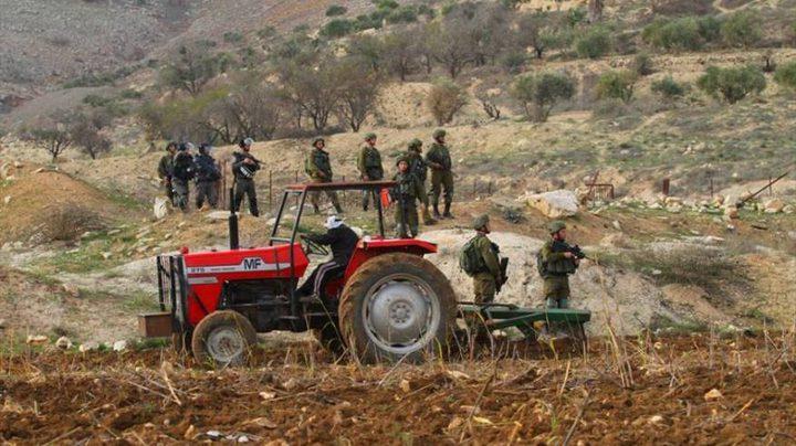 الاحتلال يحتجز مزارعا وزوجته في أرضهم شمال الخليل