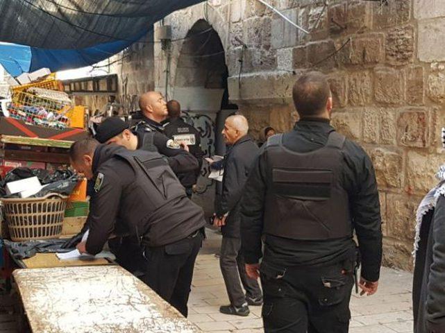 بلدية الاحتلال تصادر بسطات الباعة في القدس وتحرر مخالفات مالية