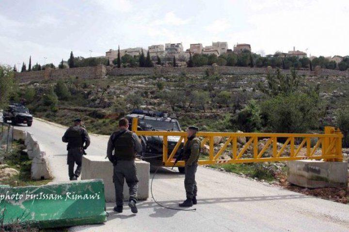 الاحتلال ينصب حاجزاً على مدخل عين سينيا ويعيق حركة الخارجين من رام الله