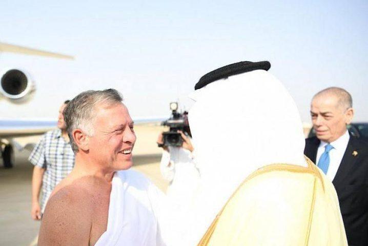 بلباس الاحرام.. الملك عبد الله يصل السعودية