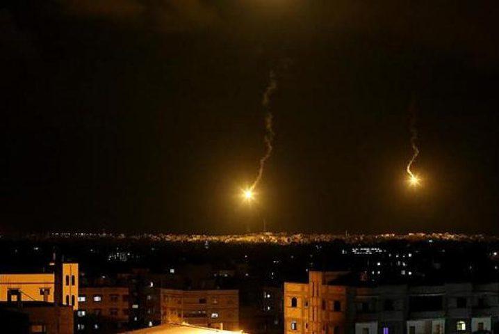 إلقاء قنابل إنارة وإطلاق نار متقطع من آليات الاحتلال شرق خانيونس
