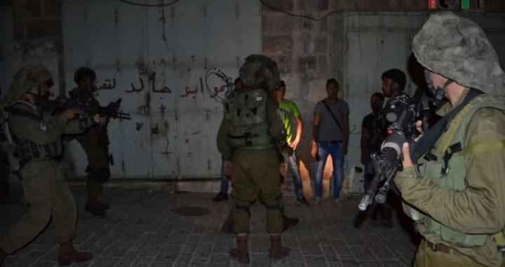 بالصور: الاحتلال يعتقل عائلة بأكملها في سلفيت