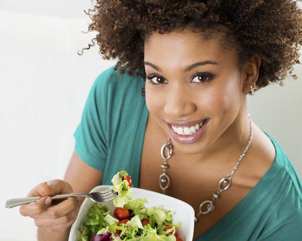 سماعك لصوت مضغك للطعام قد يمنع الإفراط في تناوله