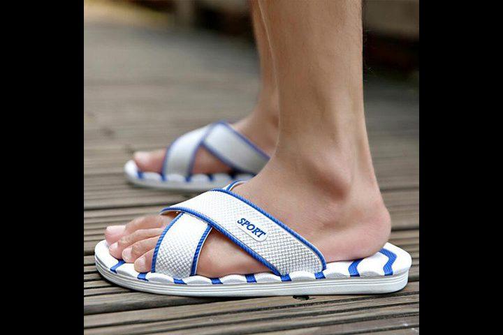 ما هي خطورة المشي بالنعال الصيفية ؟