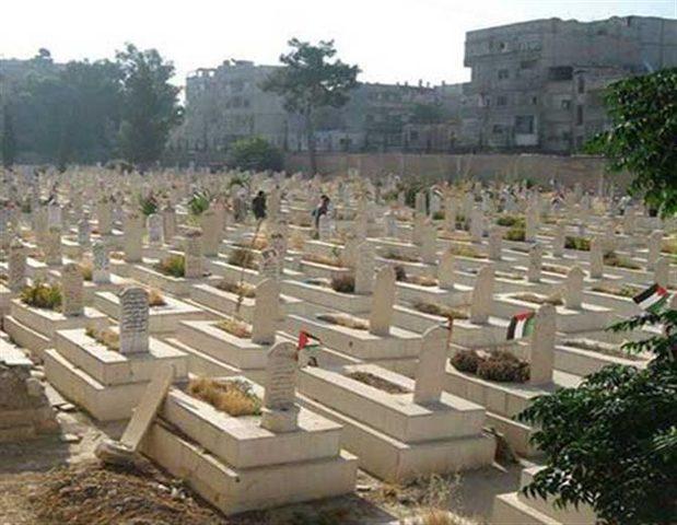 وفد من حركة فتح وفصائل العمل الوطني يزور مقبرتي الشهداء في مخيم اليرموك