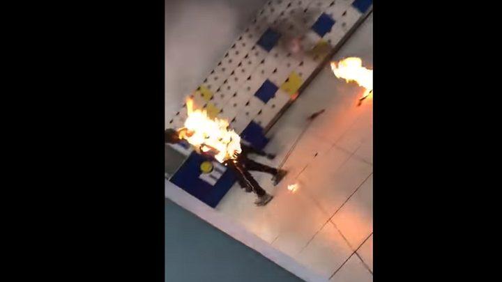 التهمته النيران بسبب شاحنه المحمول! (فيديو)