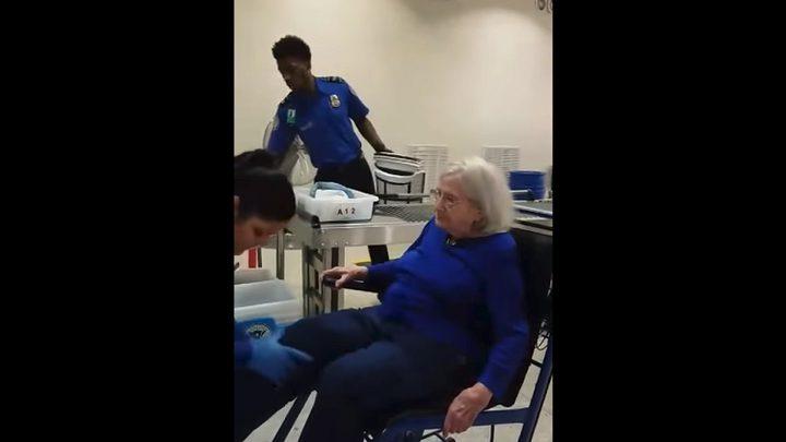 """تفتيش """"تعسفي"""" لمسنة مقعدة في المطار! (فيديو)"""