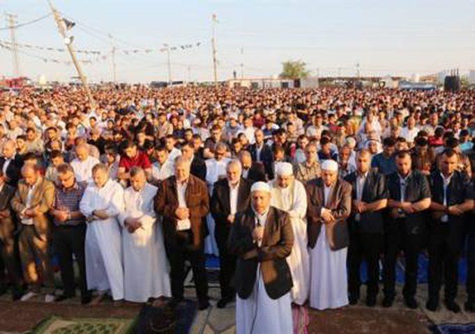عشرات الآلاف يؤدون صلاة العيد بالقرب من السياج الحدودي
