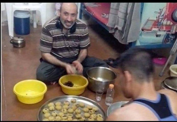 """قوات الاحتلال تهاجم الأسرى وتعزلهم بعد صورة """"كعك العيد"""""""