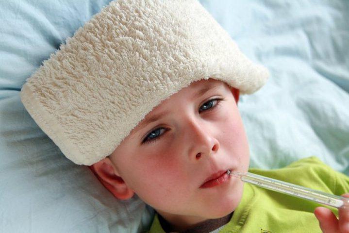 6 طرق سريعة لتخفيض حرارة الأطفال