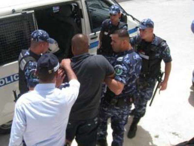 شرطة الخليل تقبض على شخص بحوزته كيلو ونصف من الماريجوانا المخدرة