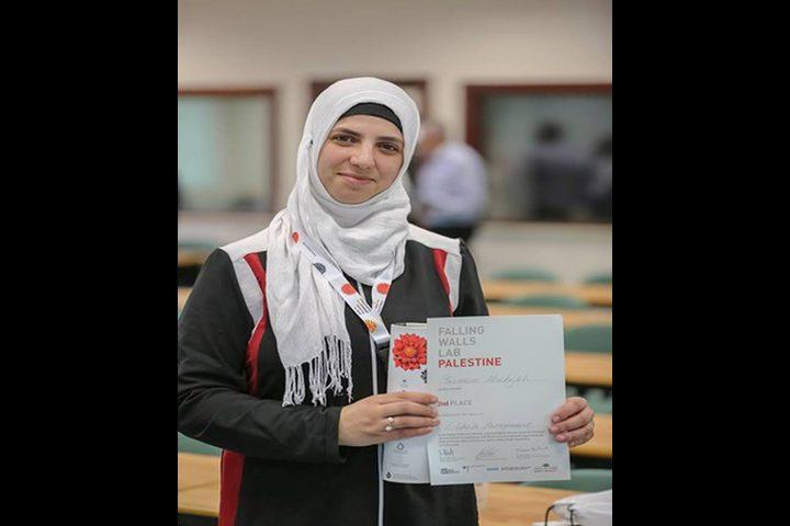 طالبة تفوز بالمركز الثاني على مستوى فلسطين بمسابقة (الجدران المتساقطة) الألمانية