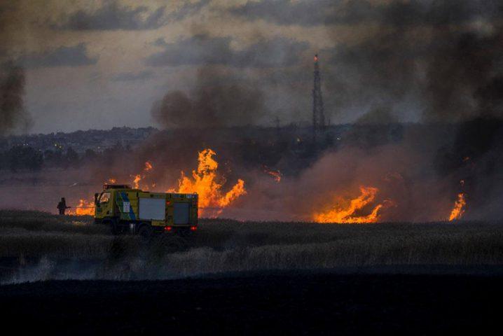 المتظاهرون يجتازون السياج الفاصل ويتمكنون من حرق آلية هندسة اسرائيلية شرق خانيونس