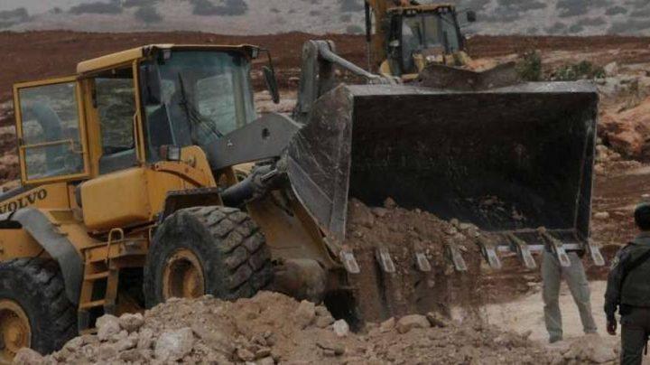 مستوطنون يجرفون عشرات الدونمات من أراضي المواطنين شرق يطا