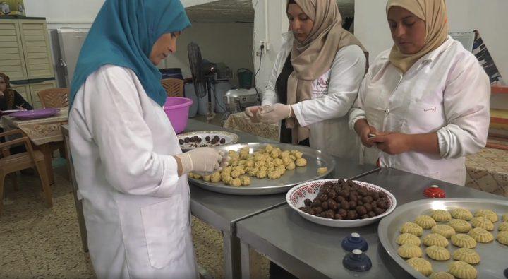 رائحة معمول و كعك العيد تفوح في بيوت غزة وشوارعها (فيديو)