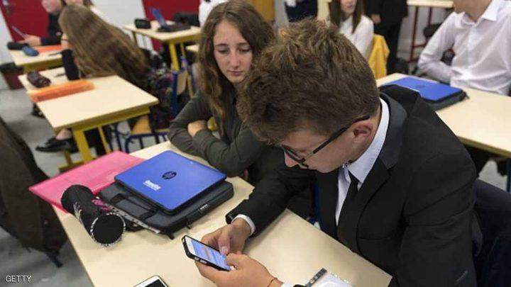 بريطانيا تحظر الهواتف في المدارس