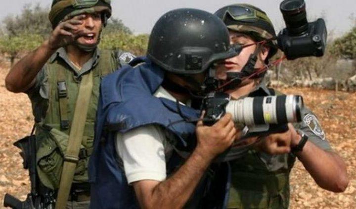 الاحتلال يعتقل 10 متضامنين وصحافيين