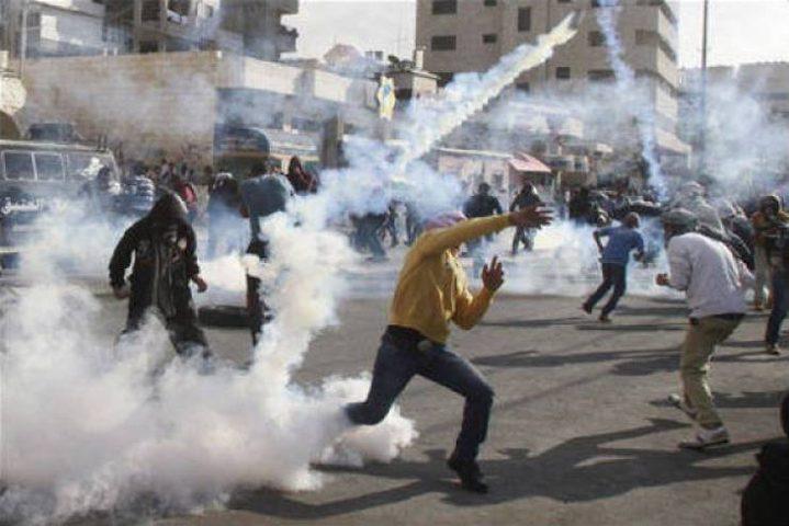 إصابات بالاختناق بمواجهات مع الاحتلال في بيت أمر