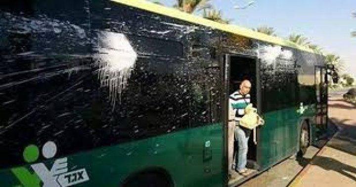 """شبان يلقون قنابل """"مولوتوف"""" على حافلة للمستوطنين بالخليل"""