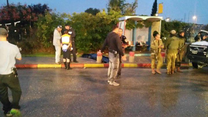 مستوطنون يقيمون محطة انتظار في منطقة تل الرميدة