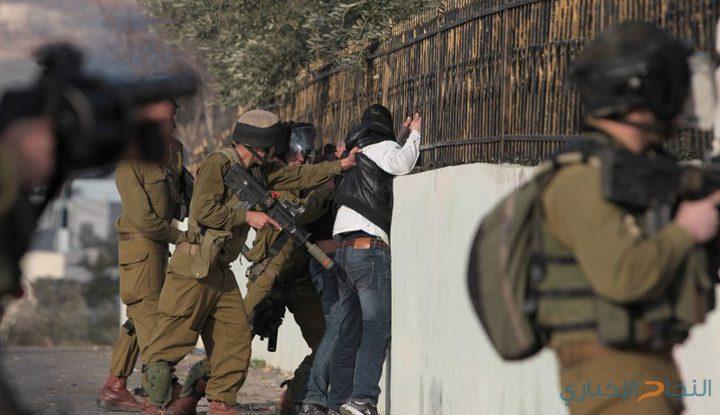 قوات الاحتلال تحتجز مواطنًأ قرب الحرم الإبراهيمي بالخليل