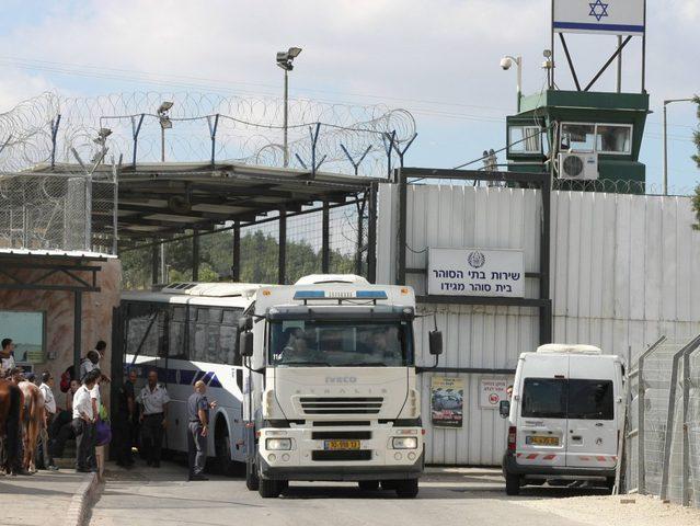 """قوات الاحتلال تعتدي على 3 أطفال أسرى خلال توقيفهم في """"المسكوبية"""""""