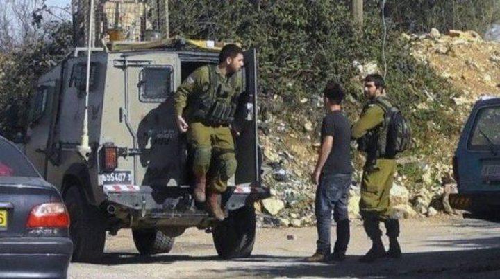 الاحتلال يداهم معرضا للمركبات وينصب حاجزا عسكريا