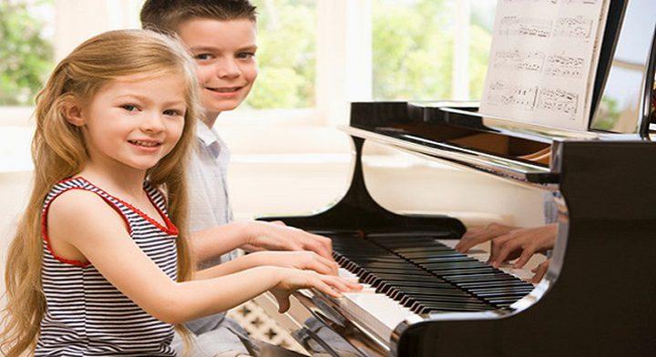 """هل يمكن الإستعانة بدروس """"البيانو"""" من أجل تطوير مهارات الطفل اللغوية ؟"""