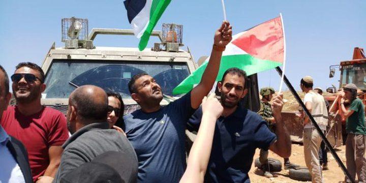 هيئة مقاومة الجدار ونشطاء يواصلون اعتصامهم بالخان الأحمر رفضا لقرار هدمه