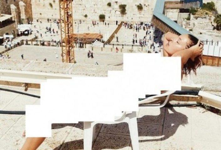 بالصور: عارضة أزياء تلتقط صورًا عارية قرب حائط البراق في القدس