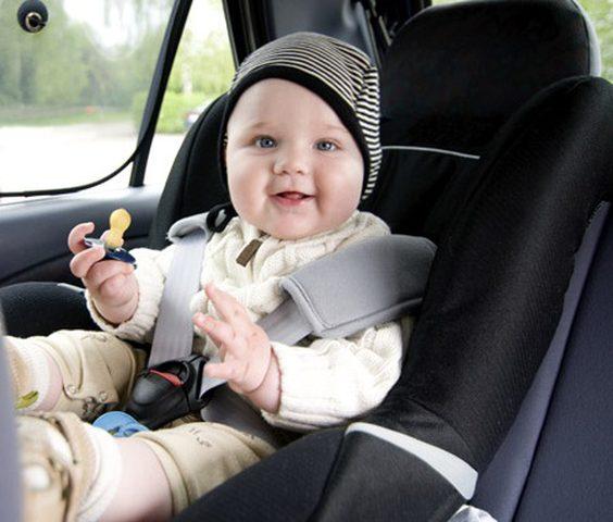هل من الآمن أن ينام الطفل في كرسي السيارة؟