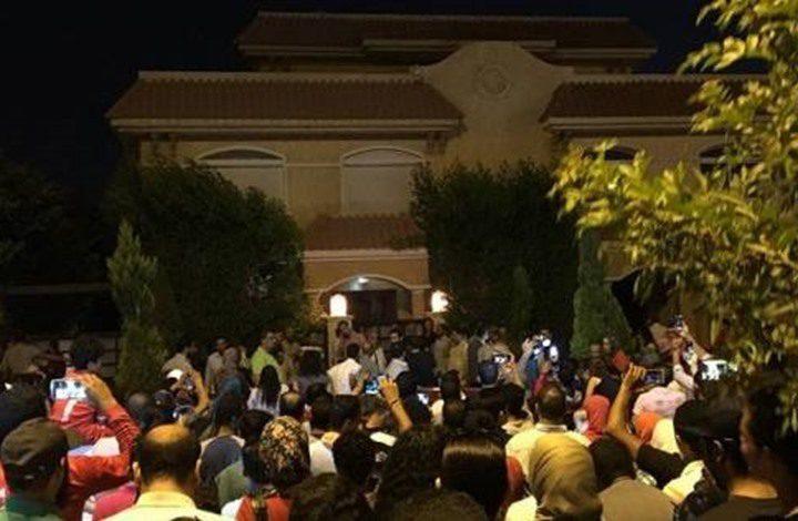 مئات المصريين يتجمعون أمام بيت صلاح بالقاهرة