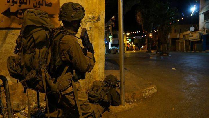 قوات الاحتلال تقتحم منازل المواطنين في شارع الشهداء بمدينة الخليل